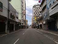 Principal rua do Centro, dia de domingo, mar ao fundo