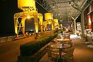 Bares e restaurantes ocupam antigos armazéns beira-rio