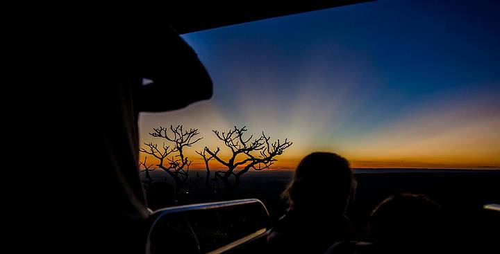 Belo pôr do sol vislumbrado do trator, na volta de Aroe Jari