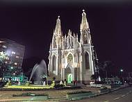 Construção impressiona pelo estilo gótico