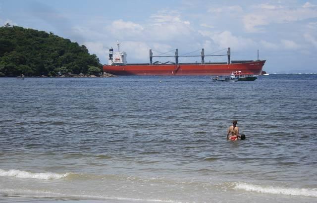 Cargueiro passando em frente à praia rumo a Paranaguá