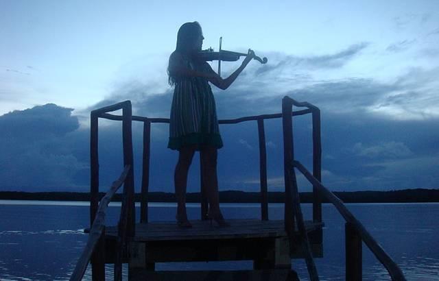 Isabella tocando Ave Maria às 18hrs na Praia do Jacaré
