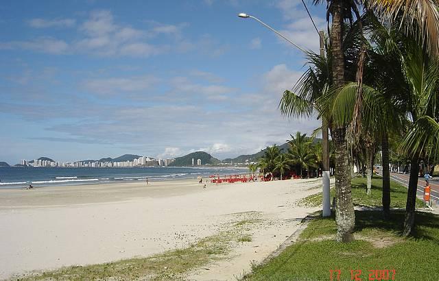 Praia da Enseada em dia de muito sol