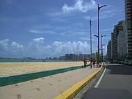 Faixa de areia ampla e muito sol