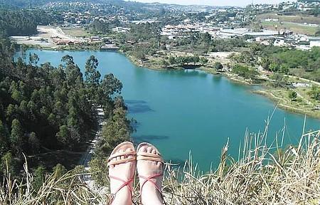 Parque Francisco Rizzo - Embu. - Os pés que não caminham firme, criam raízes!