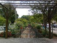 Córrego ladeado pelos jardins