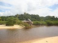 Rio, vegetação e mar dividem espaço em harmonia
