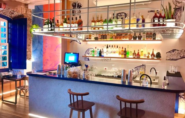 Cores, luzes e drinks autorais no bar do térreo