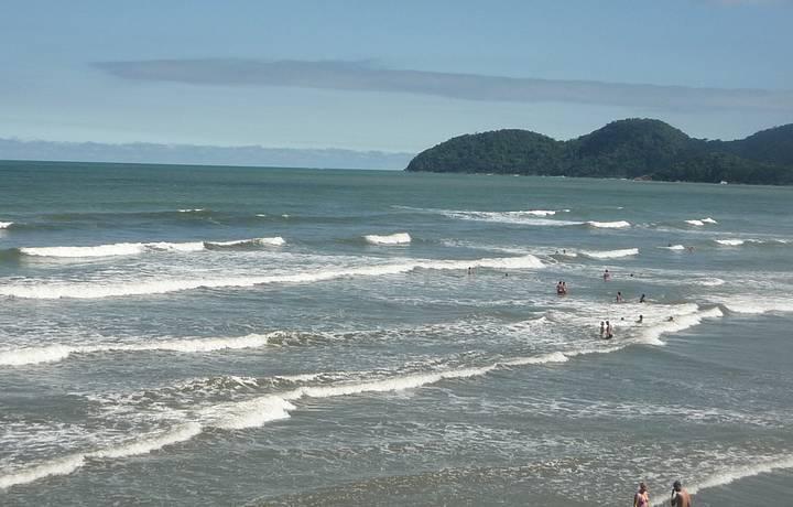 Praia é uma das mais movimentadas, com boas ondas