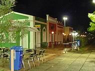 Vários restaurantes, mas a maioria fechado devido a chuva.