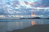 Raiar do sol na praia de bombinhas