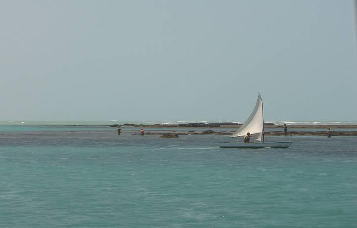 Barcos levam às piscinas naturais