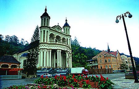 Santuário de Azambuja - Cartão-postal tem torres de 40 metros e belo interior