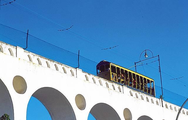 Ponto alto da viagem, que volta em 2014, é a travessia pelos Arcos da Lapa