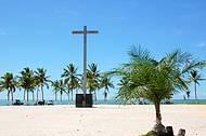 Cruz sinaliza local da primeira missa rezada no Brasil