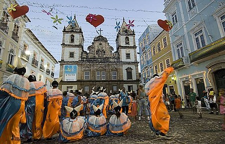 Festa no Pelourinho é animada por blocos de foliões fantasiados