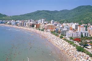 Meia Praia: Turistas lotam a orla durante o verão<br>