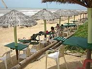 Tem cadeiras e restaurantes a Beira Mar
