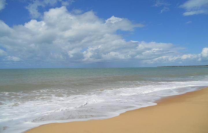 Praia deslumbrante deserta