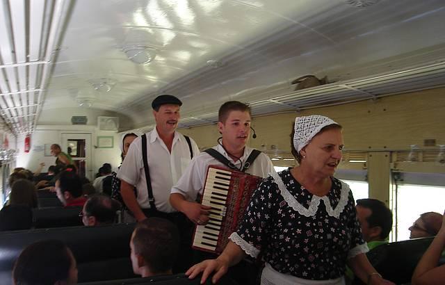 Muita animação no interior do trem