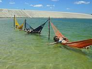 Praia com bel�ssima paisagem e redes confort�veis