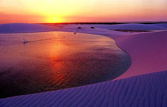 Pôr-do-sol tinge de rosa e laranja as águas da lagoa