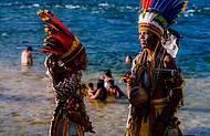 Índios, natureza e visitantes em total harmonia