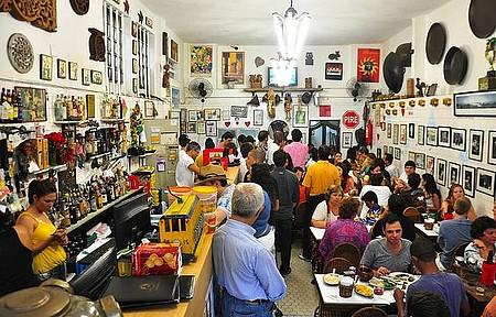 Feijoada e pastel de feijão encantam os turistas