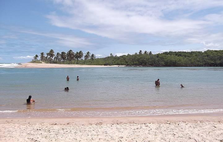 Caminhada perfeita entre o mar e os coqueiros