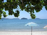 A praia da justa e meu guarda-sol. Sombra e água fresca!