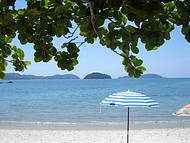A praia da justa e meu guarda-sol. Sombra e �gua fresca!
