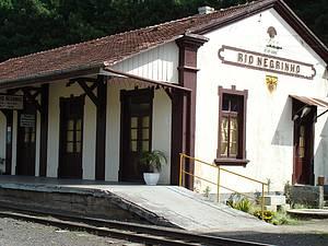 De trem: Maria-Fumaça parte da singela estação rumo às cidades vizinhas -