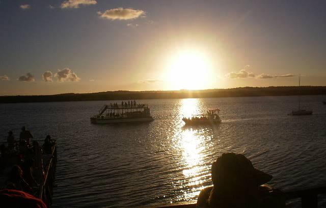 Assistir o p�r do sol na praia do Jacar�