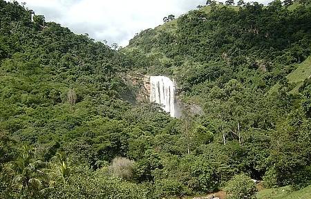 Cachoeira Alta - Bela queda é avistada de longe