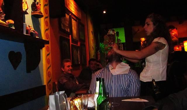 A tequileira servindo a tequila!