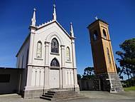 Igreja e campanário dividem o cenário