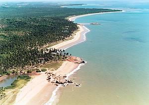 Costa Dourada: Cen�rios desertos contornam as praias<br>