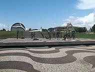 Praça dos Girassóis com Memorial ao fundo.
