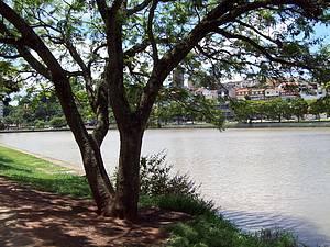 Lago do Taboão: Entorno abriga pista de cooper, quadras e playground -