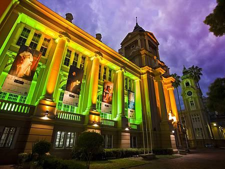 Museu de Arte do Rio Grande do Sul (Margs) - Construção chama a atenção de dia ou da noite