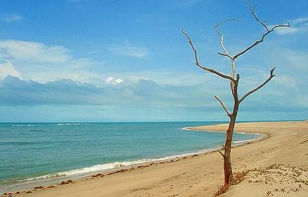 Lado Oeste - Praia deserta e águas muito azuis