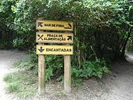 Placas pelas trilhas da Ilha