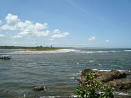 Vista do encontro entre rio e mar de Itacaré