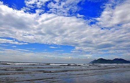 Praia da Enseada - Extensa, soma 12 quilômetros de orla