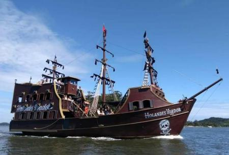 Maravilho passeio a bordo do barco pirata Holandês Voador