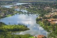 Às margens do lago, hotéis e condomínios