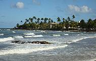 Praia re�ne boas ondas e beleza natural