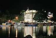 Vista noturna da Igreja, junto ao canal que corta Paraty.