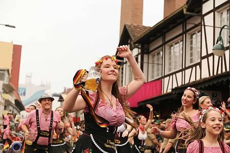 Oktoberfest - Desfile reúne adultos e crianças
