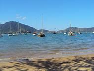 Mar azul e barquinhos coloridos!